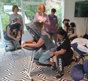 Instructie tijdens workshop Bamboe massage op de stoel - 12 september 2021